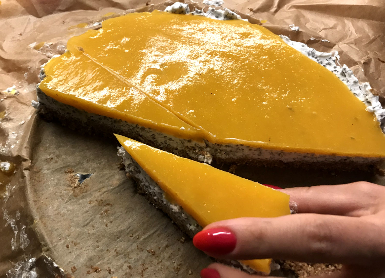 ciasto z kremem kokosowym i galaretką na spodzie z daktyli z mango