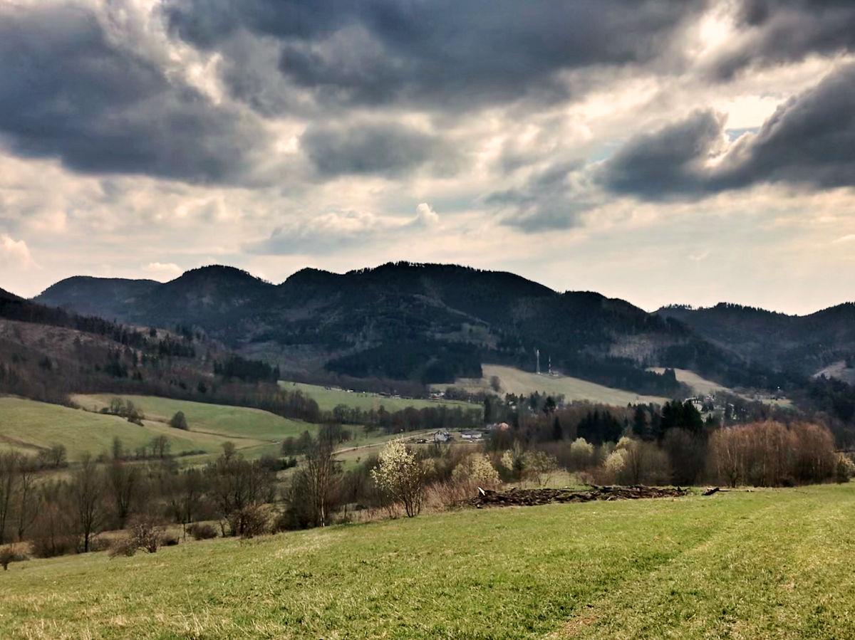 góry kamienne, na horyzoncie szczyty przez które się przebiega w dole Sokołowsko